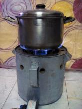 Medium gas cooker with pot and  'Vietnam Magic Fire'